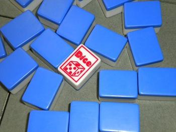 <フリーノーレート特別ルール>白の中に1枚入っているDice牌、リーチ一発目のツモ牌がDice牌だとオールマイティーであがれます★(※通常は白扱い)